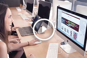 alumna tracor frente ordenador trabajando para el Máster en comunicación en Madrid