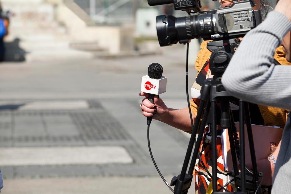 alumnas trabajando en reportaje con camara microfono