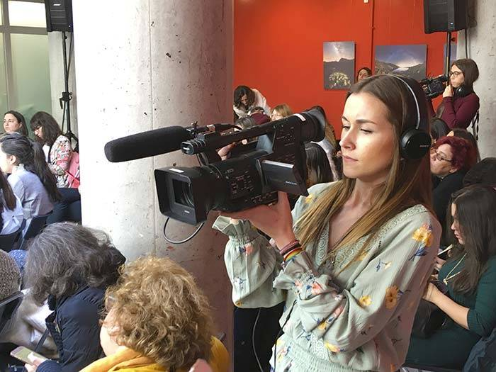 alumna tracor reporterismo grabando evento madrid womans week 2019